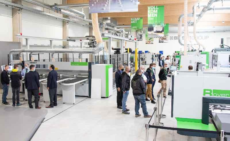 Im vollausgestatten Showroom präsentierte der italienische Hersteller während der Inside Spring den Gästen auf 1.600 qm ausgeklügelte Maschinenlösungen für den Holz- und Kunststoffbereich.