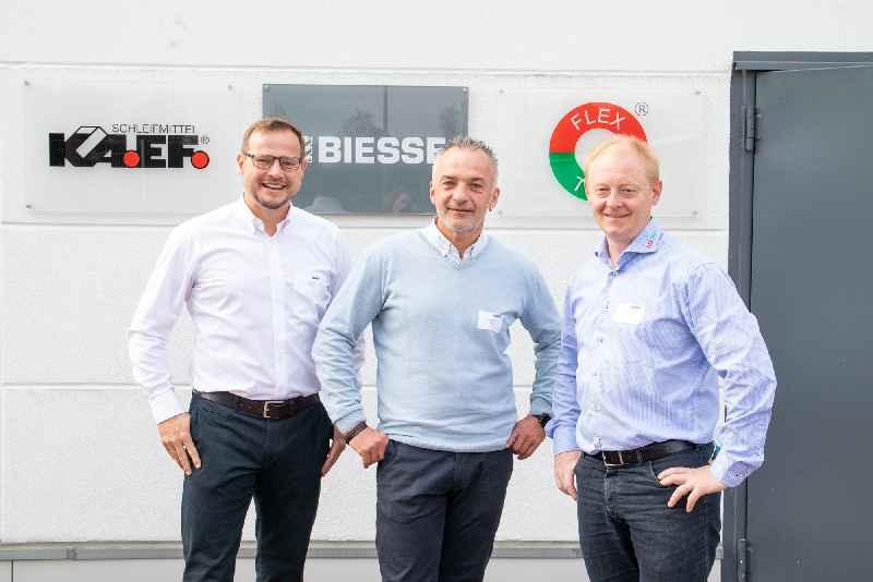 Gemeinsamer Erfolg für die drei Partner: Jochen Falk, Geschäftsführer von KA.EF. Schleifmittel, Frank Blöbaum, Produktmanager Schleiftechnik von Biesse Deutschland und Karsten Larsen, Sales Manager bei Flex Trim.