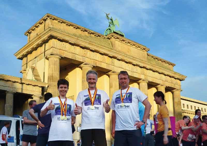 Am diesjährigen Berliner Firmenlauf nahm die Belegschaft des Bildverarbeitungsspezialisten Bi-Ber wieder aktiv teil – hier die Mitarbeiter Petra Thomas, Ronald Krzywinski und Uwe Radischat (v.l.n.r.) mit den errungenen Medaillen vor dem Brandenburger