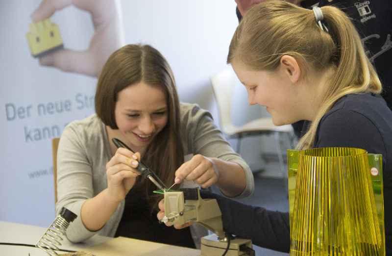 Beim GirlsDay 2018 können Schülerinnen bei digitalSTROM in Wetzlar weibliche Vorbilder kennenlernen und in ein Unternehmen der Smart Home-Branche reinschnuppern. (Bildquelle: digitalSTROM AG)