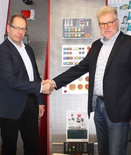 Achim Grodd, Inhaber von IKS, und Frank-Oliver Lenz, RAFI Teamleiter für den Flächenvertrieb D-A-CH im Geschäftsbereich Komponenten, bei der Vertragsunterzeichnung