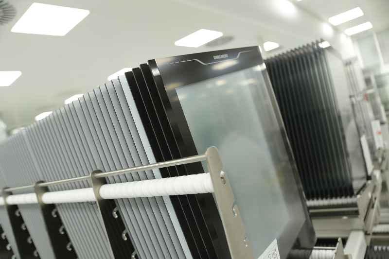 Vorbereitete und bedruckte Frontgläser für GLASSCAPE-Touchscreens vor der Reinigung in speziellen Waschanlagen