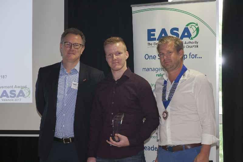 Oliver Semmler (center) of Menzel Elektromotoren receives the Karsten Moholt Achievement Award for EASA region 9 in Valencia.