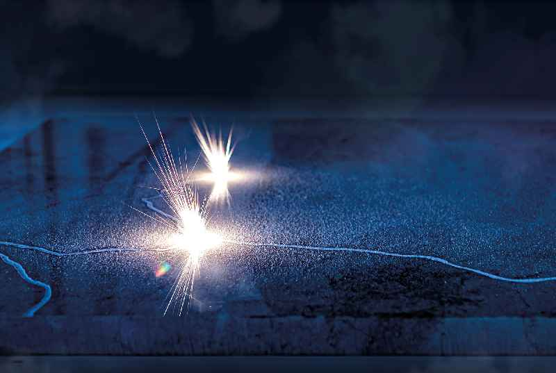 Blick in die Laser-Zelle der Böhm-Anlage: Störende mineralische Strukturen werden nach der Oberflächen-Analyse durch das intelligente Kamera-System per Laser verdampft.