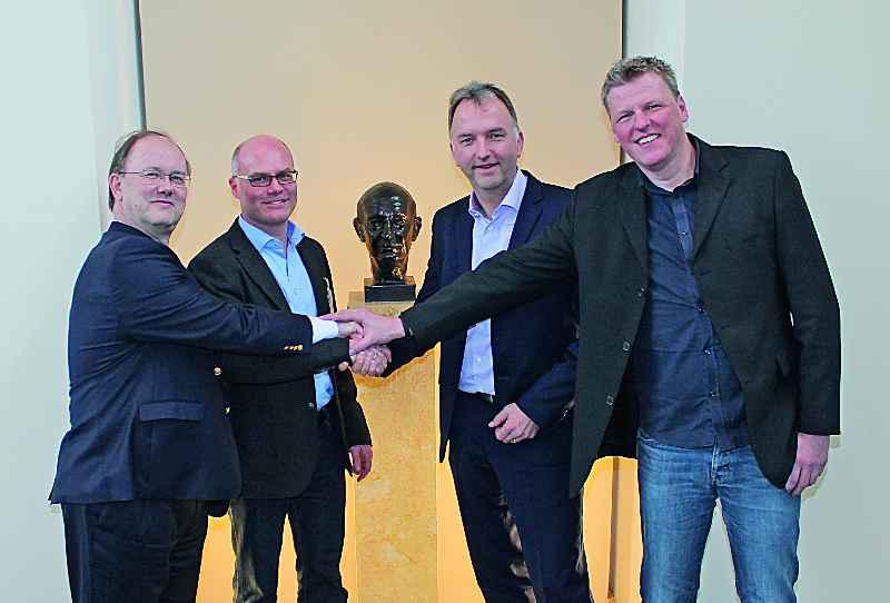 Der Handschlag für mehr Schlagkraft: Frank Maier (Lenze), Edgar Schüber (logicline), Christoph Ranze (encoway), Klaas Nebuhr (encoway)