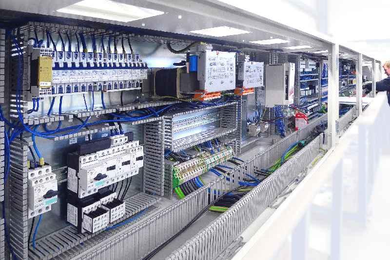 Mit seinen MIC-Anreihgehäusen bietet LFSTechnology flexible Lösungen für die zeit- und materialsparende Schrank-zu-Schrank-Verdrahtung