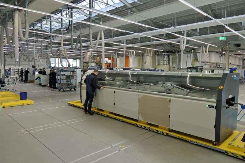 LOXrail®-System mit drei gekoppelten Transportwagen für die Fertigung von großen Lötmaschinen.
