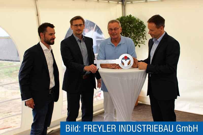 Herr Pape von Industriebau Freyler übergibt offiziell die Schlüssel für das neue Werk an die FSG-Geschäftsführer Christian, Klaus-Dieter und Carsten Schulz (rechts).