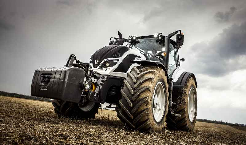 Illustration 2: Valtra T series tractors feature the new generation of armrests and a customizable operating concept(image: Valtra)