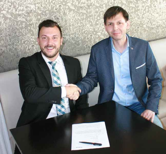 Kai Zinnäcker (left) from the international sales team for RAFI's Business Unit Components and Donat Wachowiak, CEO of Wachowiak & Syn s.c., shake hands over their new partnership
