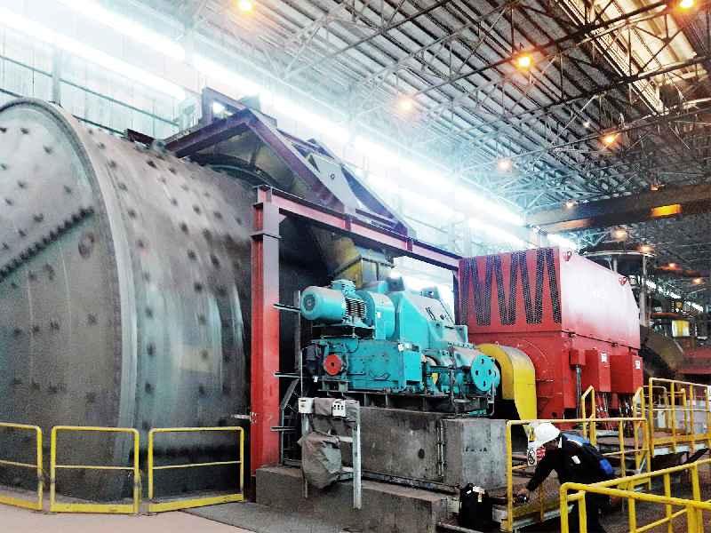 Der Antrieb für eine Kugelmühle, die Gestein zerkleinert, musste robust ausgelegt werden, um Staub und Schwingungen zu widerstehen