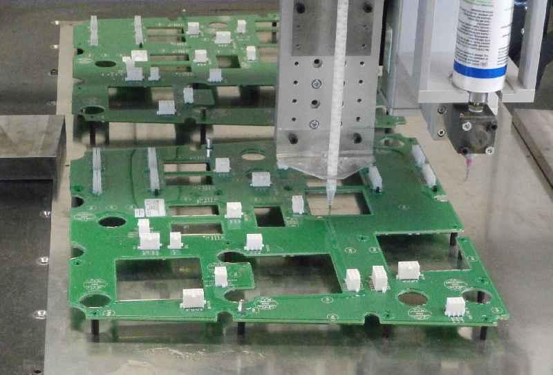 Moderne Vergusstechnik von Griessbach: Randlose Versiegelung von Leiterplatten im Dam and Fill-Verfahren