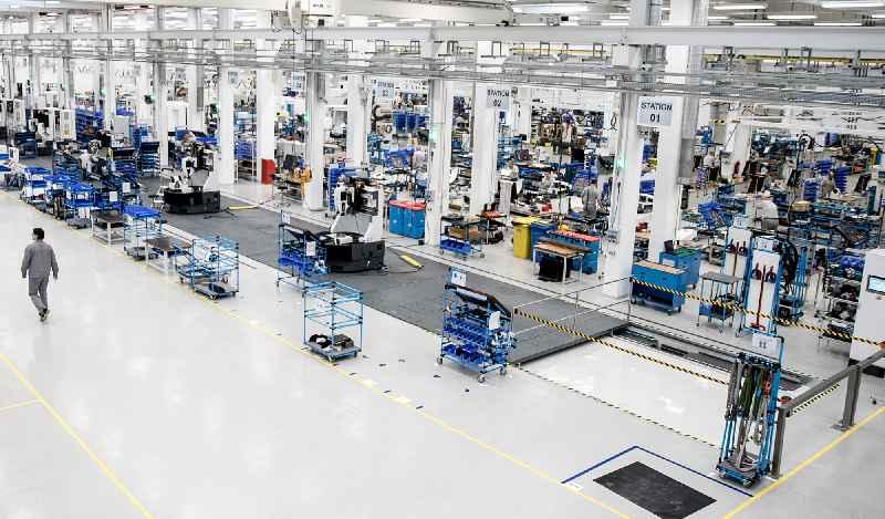 LOXrail-Taktförderung als Unterflurkonstruktion für die Werkzeugmaschinen-Fertigung auf bodenbündigem Montageband