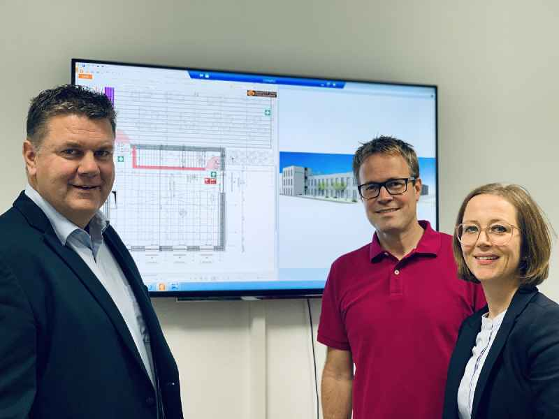 Bianca Klaß, die geschäftsführende Gesellschafterin von CONTA-CLIP, im Gespräch mit Sascha Lorenz, dem Projektleiter der bau-ausführenden Goldbeck GmbH (Mitte) und Stefan Baier, Projektleiter bei CONTA-CLIP.