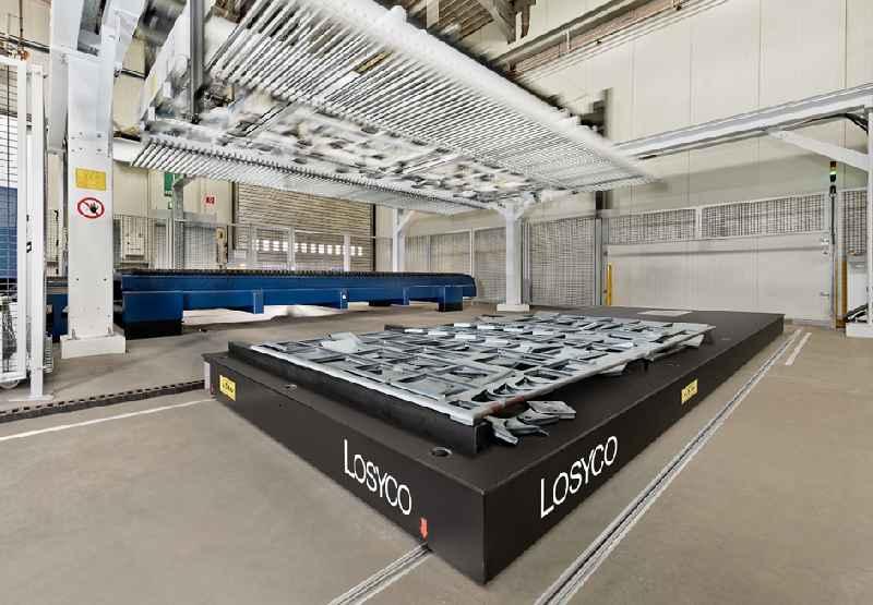 Passgenaue Beschickungssysteme von LOSYCO für die präzise Zu- und Abführung großformatiger, schwerer Bauteile
