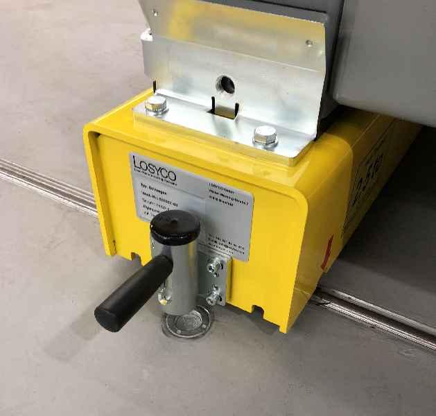 Speziell adaptierte Rollplattformen mit Aufnahmewinkeln und einer Arretiervorrichtung zum Fixieren der Baugruppen an den Montagestationen