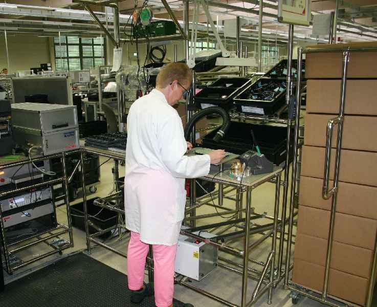 Die INTEG GmbH konstruiert mit dem RKS-System u.a. Montagestationen zur Fertigung elektronischer Baugruppen im One-Piece-Flow-Verfahren