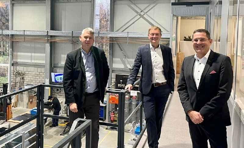 Michael Seifert (l.) und Lars Platzhoff (m.) heißen Stefan Royla herzlich in der SEIFERT-Gruppe willkommen