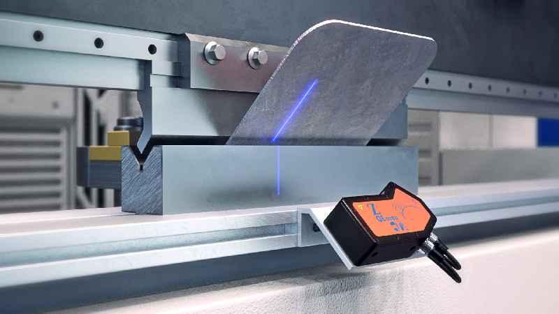 Der Profilsensor prüft beim Blechbiegen in Abkantpressen autark in Echtzeit die Winkelhaltigkeit und lässt sich direkt mit der Maschinensteuerung vernetzen