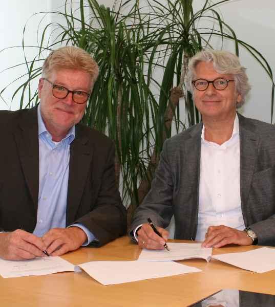 Frank-Oliver Lenz, RAFI Teamleiter Flächenvertrieb D-A-CH, und Hans Zeltner, Inhaber von Hoppe & Co. electronic (rechts), unterzeichnen den Vertretungsvertrag.