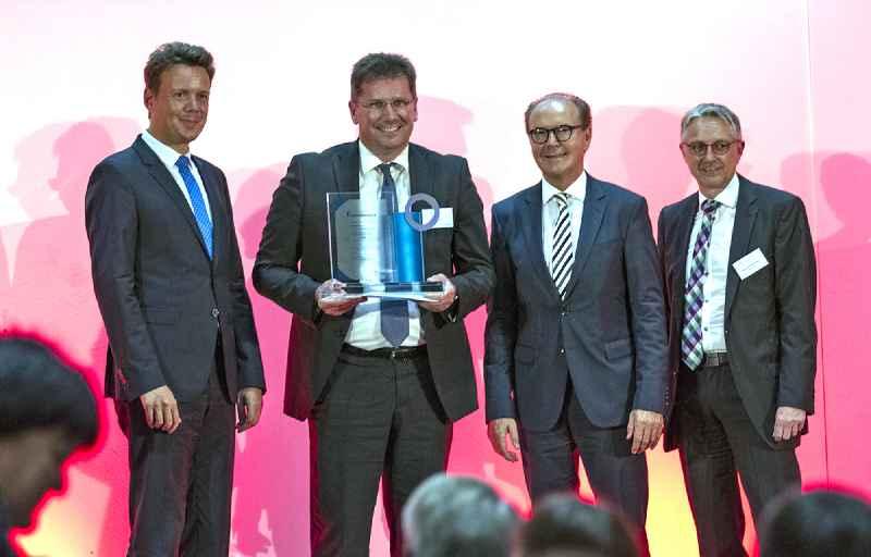 Verleihung des WIR Innovationspreises 2018: Harald Sievers, Landrat von Ravensburg, Eric Bulach, Leiter Strategie, Produkte und Märkte von RAFI, der Vorstandsvorsitzende der Kreissparkasse Heinz Pumpmeier und Hans-Joachim Hölz, Geschäftsführer der WiR Gmb