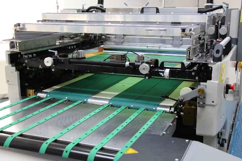Mit UV-Farben und einer neuen Zylindersiebdruckmaschine steigert Griessbach Geschwindigkeit und Prozessqualität bei der Frontfolien-Bedruckung